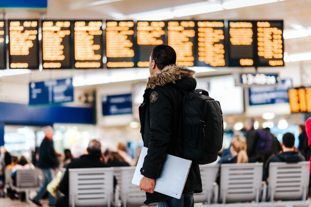 Chico en el aeropuerto